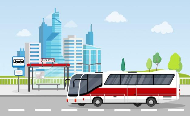 Parada de autobús con cartel y horario en el fondo de la ciudad con rascacielos