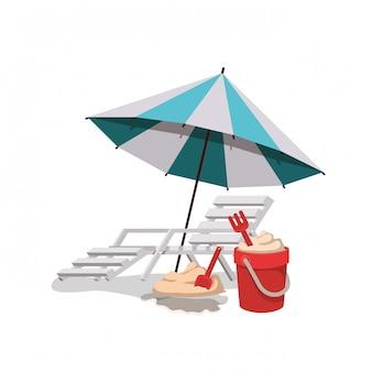 Paraguas a rayas con silla de playa en color blanco.