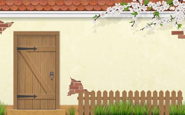 Pared de estuco de una casa con una puerta de madera vieja.