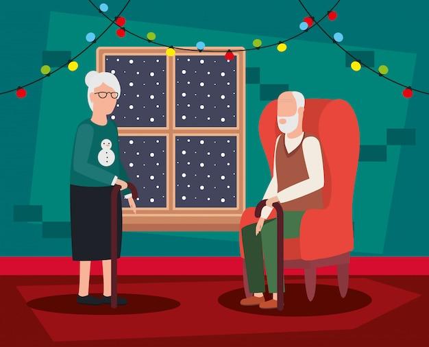 Pareja de abuelos en el salón con decoración navideña