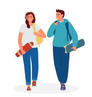 Pareja adolescente chico y chica con mochilas caminando sosteniendo patineta y penny board.