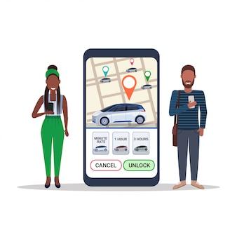 Pareja africana usando la pantalla del teléfono inteligente con el mapa gps pedidos en línea taxi coche compartiendo concepto de aplicación móvil aplicación de servicio de transporte carsharing