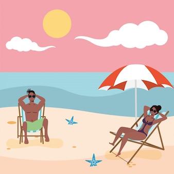 Pareja afro sentada en sillas de playa practicando distancia social