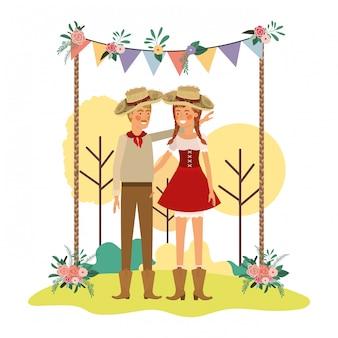 Pareja de agricultores hablando con sombrero de paja en el paisaje