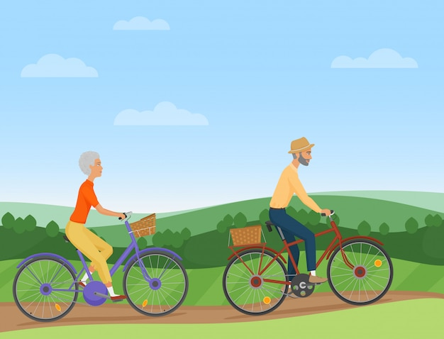 Pareja de ancianos montando las bicicletas en el campo