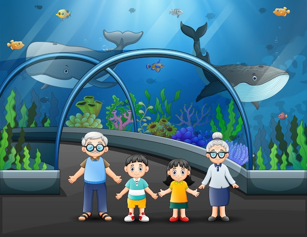 Una pareja de ancianos y sus nietos visitan el acuario