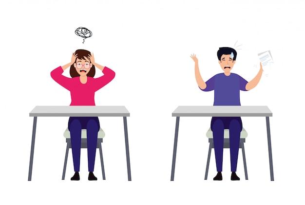 Pareja con ataque de estrés sentado en escritorios
