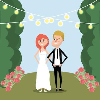 Pareja casada con flores y luces