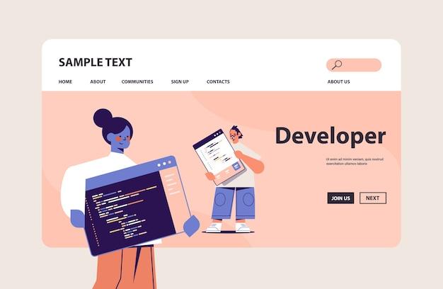 Pareja de desarrolladores web creando código de programa desarrollo de software y concepto de programación espacio de copia