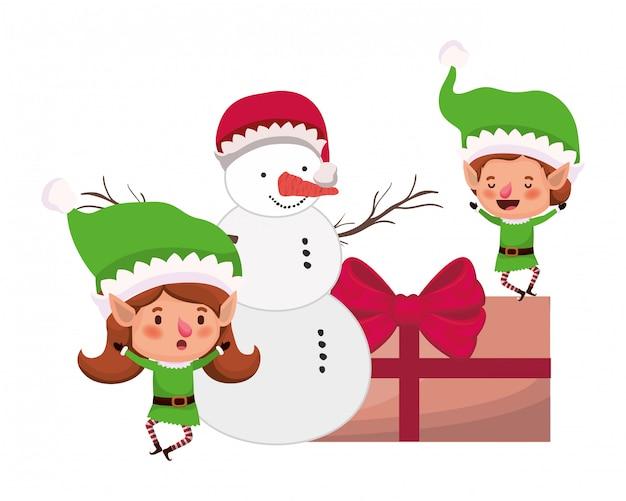 Pareja de elfos con caja de regalo y muñeco de nieve