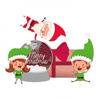Pareja de elfos y santa claus con cajas de regalos