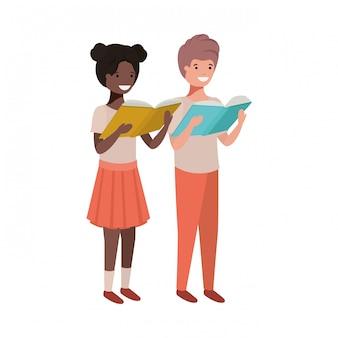 Pareja de estudiantes con libro de lectura en las manos