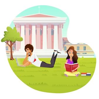 Pareja de estudiantes multirraciales estudiando en el campus