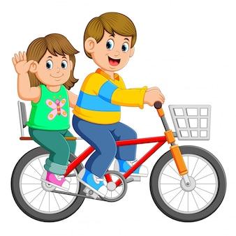 Pareja feliz, andar en bicicleta