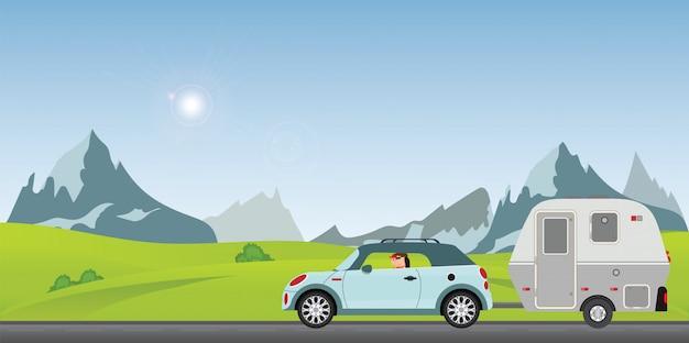 Pareja feliz conduciendo el coche en la carretera en un soleado día de primavera en las vacaciones.