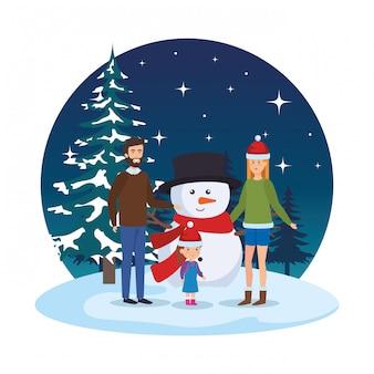 Pareja con hija y muñeco de nieve en paisaje nevado