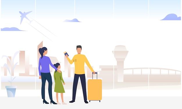 Pareja con hija de pie en el aeropuerto
