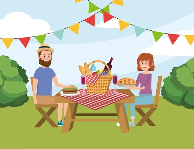 Pareja hombre y mujer en la mesa con cesta