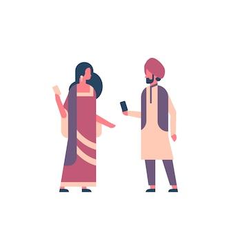 Pareja india vistiendo ropas tradicionales nacionales