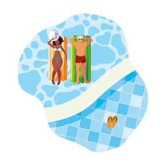 Pareja interracial con colchón flotante en agua
