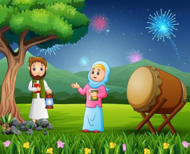 Pareja islámica sosteniendo linterna para celebración de eid mubarak