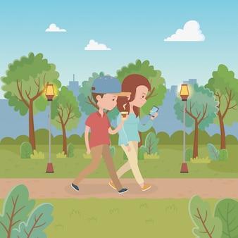 Pareja joven caminando en los personajes del parque