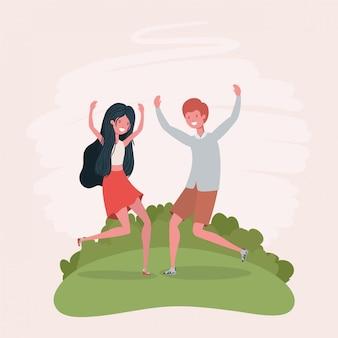 Pareja joven saltando celebrando en los personajes del parque