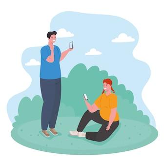 Pareja joven usando teléfonos inteligentes al aire libre, redes sociales y concepto de tecnología de la comunicación