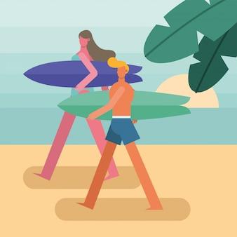 Pareja joven vistiendo trajes de baño caminando con personajes de tablas de surf