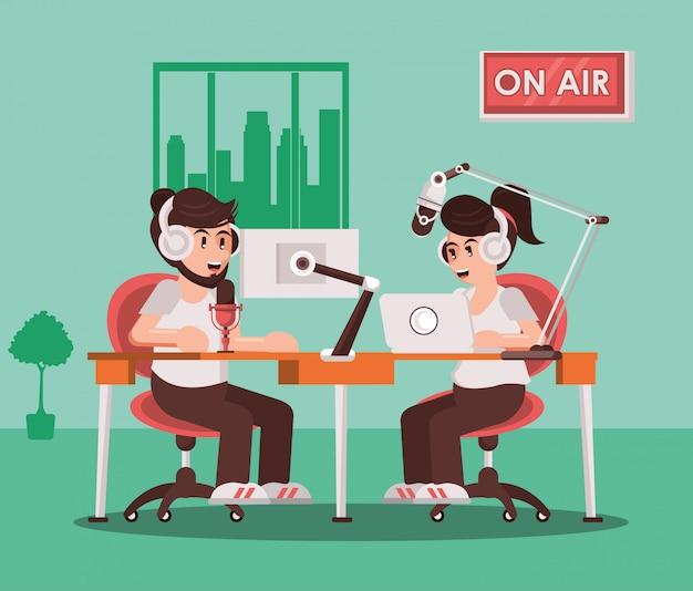 Pareja de locutores con radio, micrófono y auriculares