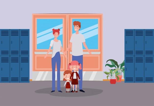 Pareja de maestros con niños pequeños estudiantes en el pasillo de la escuela