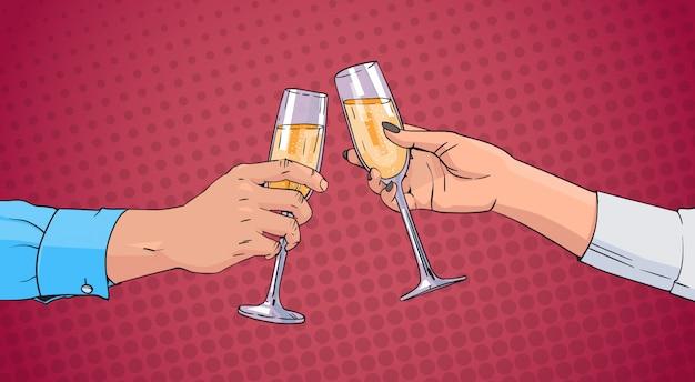 Pareja manos tintinear vaso de vino champán tostado pop art retro pin up fondo