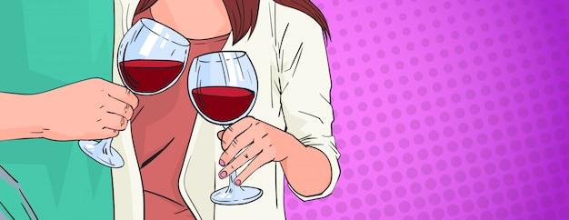 Pareja manos tintinear vaso de vino tinto tostado pop art retro pin up fondo