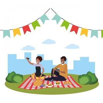 Pareja milenaria smartphone tomando selfie picnic
