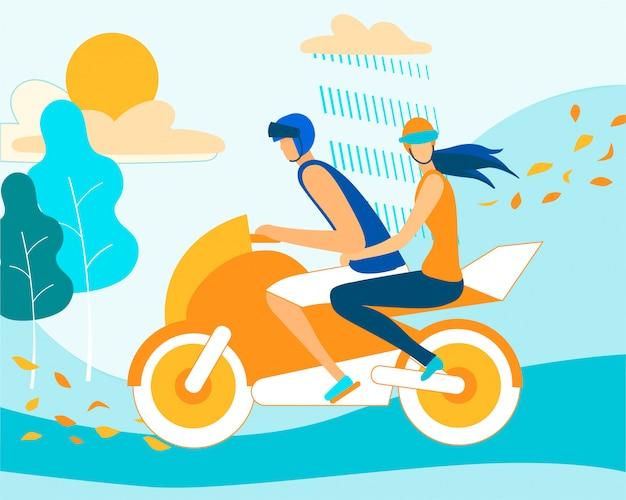 Pareja montando moto en clima lluvioso de otoño