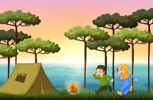Pareja musulmana acampando en el bosque