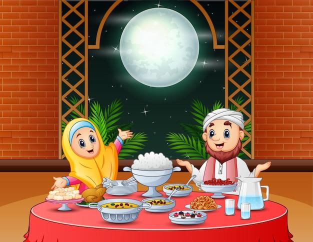Pareja musulmana celebrando eid en la fiesta de iftar