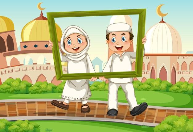 Pareja musulmana con marco de fotos con mezquita