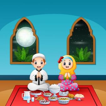 Pareja musulmana reza junta antes de la pausa ayuno