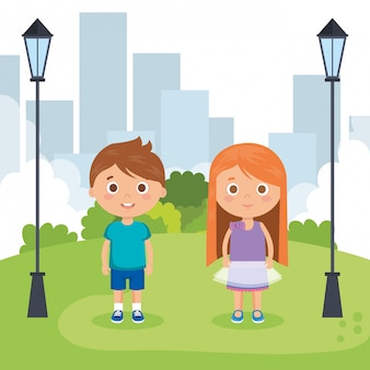 Pareja de niños pequeños en los personajes del parque