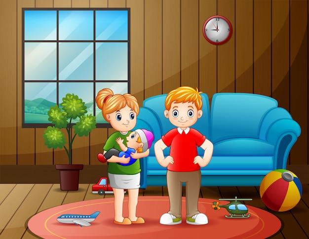 Pareja de padres con bebé en la sala de estar