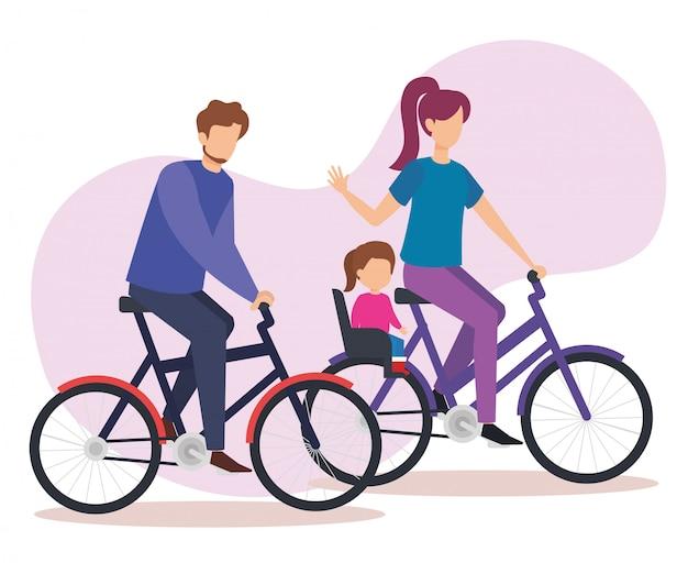 Pareja de padres en bicicleta con hija