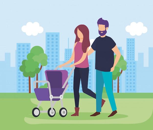 Pareja de padres con carrito bebé en el parque
