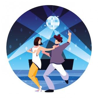 Pareja de personas bailando en discoteca, fiesta, club de baile, música y vida nocturna.