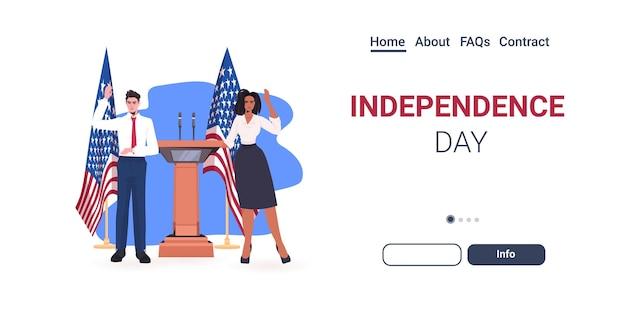 Pareja de políticos haciendo un discurso desde la tribuna con la bandera de estados unidos, página de inicio de la celebración del día de la independencia americana del 4 de julio