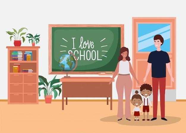 Pareja de profesores con niños pequeños alumnos en el aula
