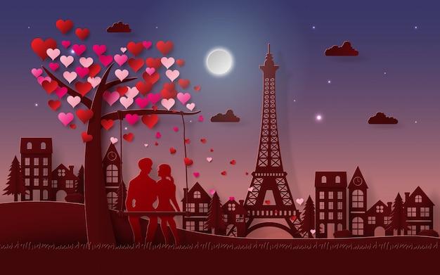 Pareja romántica sentado bajo el árbol de corazón en el tiempo crepuscular