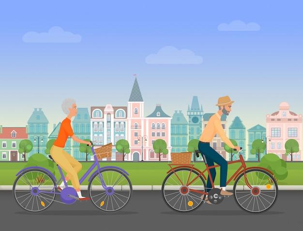 Pareja senior activa montando bicicletas en la ciudad vieja