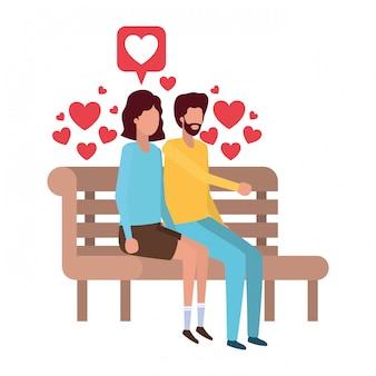 Pareja sentada en la silla del parque con carácter de corazones