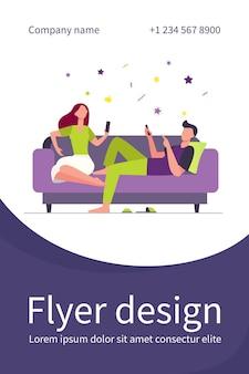 Pareja sentada en el sofá y usando teléfonos inteligentes. relajante, sofá, ilustración plana familiar. plantilla de volante